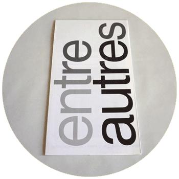 """vignette ronde représentant un dépliant plié avec pour titre """"entre autres"""" issu du projet réalisé avec Emily Mast, à cliquer sur le site de cécile briand"""